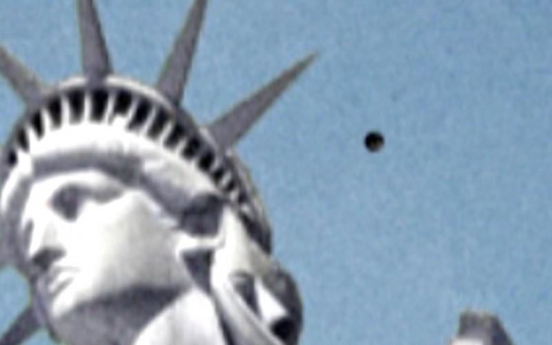 Un ovni survole la Statue de la Liberté