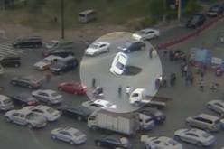 """Un """"sinkhole"""" engloutit une voiture sur une route de Chine"""
