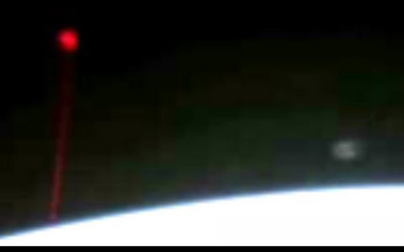 L'ISS filme un ovni qui vise la Terre avec un laser rouge (5 Dec. 2014)