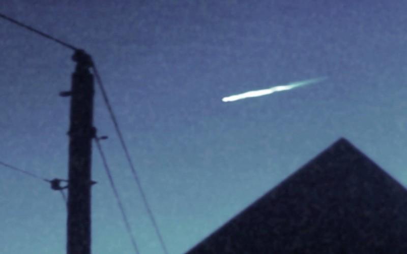 Un météor  éjecte un objet blanc brillant