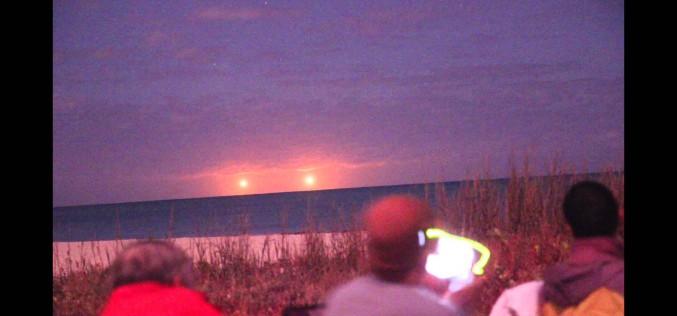 Deux boules lumineuses jumelles au-dessus de la mer (Floride)