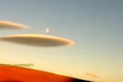 Deux étranges nuages éjectent une sphère lumineuse (Chilie)