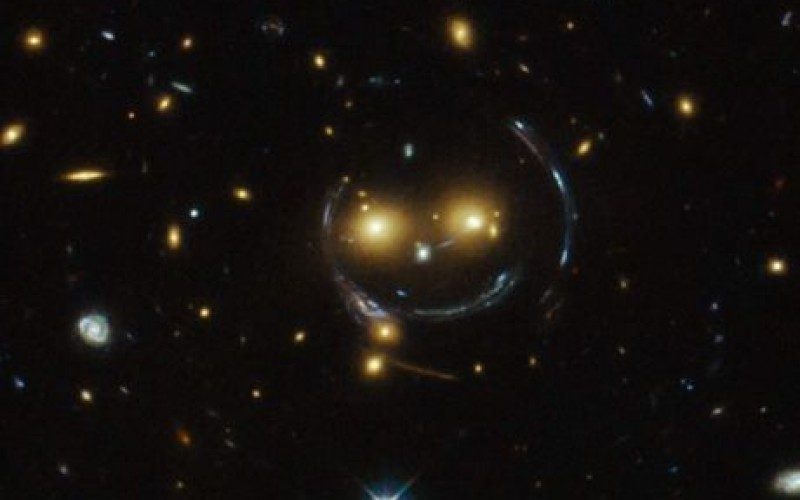 NASA : Hubble dévoile un amas de galaxies en forme de smiley