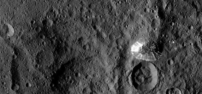 Gros plan sur la mystérieuse et brillante montagne de la planète naine Cérès