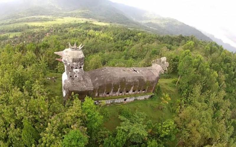 Une étrange église en forme de poule, abandonnée dans la jungle