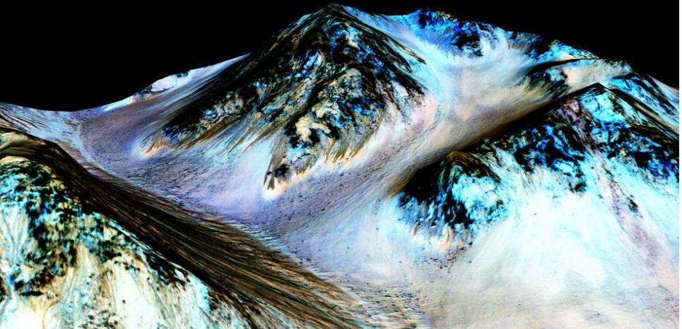 Ces traînées sombres auraient été formée par l'eau qui coule actuellement sur Mars.