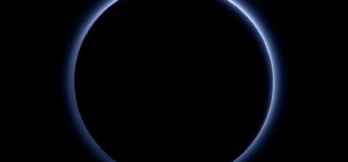 La Nasa révèle avoir trouvé un ciel bleu et de l'eau glacée sur Pluton