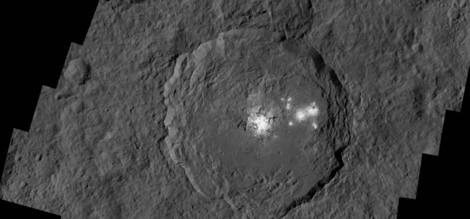 Cérès : de nouvelles images des taches lumineuses dans le cratère Occator