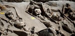Des squelettes aux poignets liés à des fers mis au jour dans l'antique nécropole athénienne de Phalère.