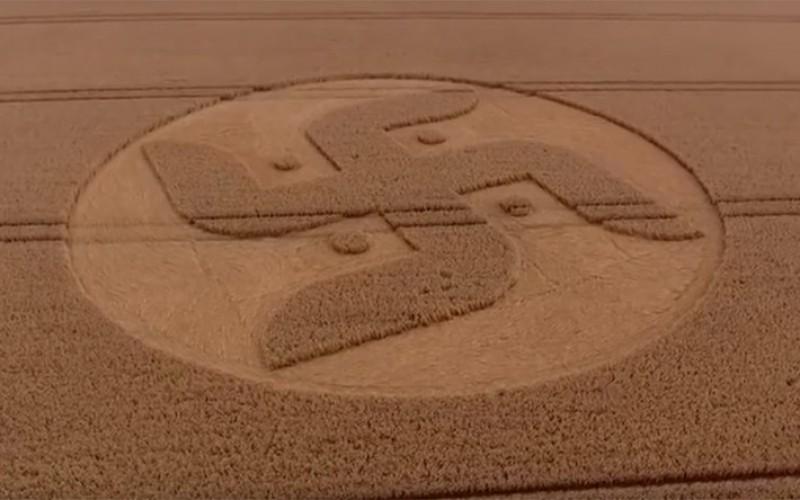 Un crop circle en forme de croix gammée retrouvé dans la campagne britannique