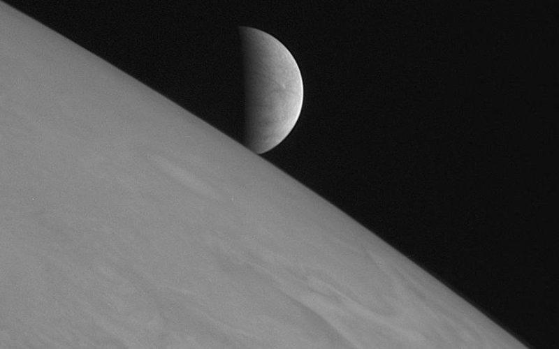 La Lune et plus de 100 corps célestes du Système solaire considérés comme des planètes ?