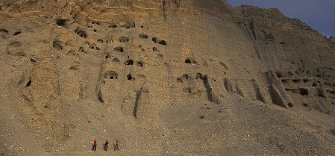 Le mystère des milliers de cavernes creusées dans la roche au Népal