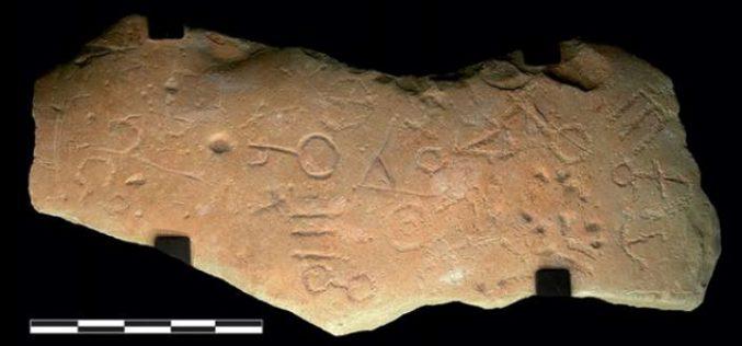 Une pierre avec des inscriptions en plusieurs langues découverte en Espagne intrigue les chercheurs