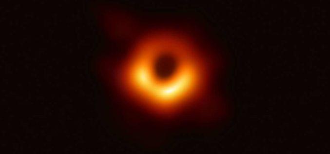Voici la première image d'un trou noir supermassif !